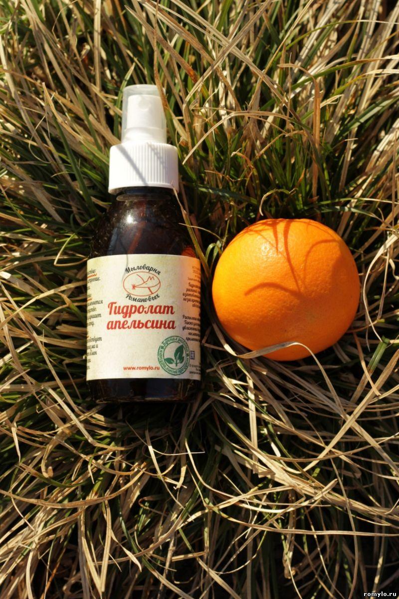 Гидролат АпельсинаБальзамы<br>Гидролат Апельсина.  Это натуральное ароматное средство можно применять для ухода за кожей любого типа: гидролат очищает, тонизирует, питает. Фруктовая вода апельсина эффективно заботится о сухой, уставшей, зрелой коже: насыщает ее витаминами и микроэлементами, придает здоровый вид. Активизирует регенерацию клеток кожи, нормализует работу сальных желез. Обладает антицеллюлитным эффектом.  Придает блеск волосам, укрепляет их, помогает в борьбе с перхотью.  В ароматерапии применяется в качестве антидепрессанта, расслабляющего и вдохновляющего средства. Является афродизиаком.  Способы применения в косметологии и уходе за волосами:  1)В чистом виде как тоник для кожи. Распылить на лицо и, не дожидаясь высыхания, нанести крем. 2) В качестве обогащающего компонента в глиняных масках для лица. 3) В виде косметического льда для подтяжки кожи, сужения пор, уменьшения гиперсекреции кожи. 4) Применяется в качестве водной фазы при приготовлении домашней косметики и в мыловарении. 5) Для приготовления дезодорирующих и тонизирующих ванночек для ног (в теплую воду добавить 20-30 мл душистой воды). 6) Как основа для приготовления антицеллюлитных обёртываний с чёрной или голубой глиной (следует воздержаться при склонности к образованию сосудистой сеточки на ногах). Глину и гидролат апельсина смешать до  консистенции сметаны, добавить на 100 грамм смеси 10-15 капель эфирного масла апельсина или лимона. Перед нанесением полученной смеси необходимо принять горячий душ, очистить тело мылом и энергично помассировать проблемные зоны жёсткой мочалкой. Нанеся глиняную смесь на кожу, следует обернуться полиэтиленовой (или специальной косметической) пленкой, укутаться одеялом и полежать 30-40 минут. После чего смесь смыть в душе и нанести антицеллюлитное масло. Курс: 10-12 процедур, проводимых через день. Перед проведением процедуры убедитесь в отсутствии аллергической реакции на гидролат  7) Тонизирующее действие на кожу и весь организм оказывают ванны с гидрола