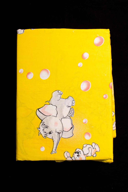 Комплект постельного бельяДля детей<br>Комплект изготовлен из бязи плотностью 120 гр.  Коллекция постельного белья Для детей изготовлена из 100% хлопка. Детское постельное белье - это мир сказки и детских любимых героев, переместившихся из мультфильмов на детскую кровать. Именно у нас, Ваш ребенок найдет самый желанный для себя комплект, который идеально впишется в интерьер детской комнаты. Все комплекты обладают повышенной износостойкостью. Даже после многих-многих стирок продолжают радовать своими яркими цветами.   Обращаем Ваше внимание на то, что расположение рисунка на комплекте не всегда полностью совпадает с рисунком на картинке Данное несоответствие не расценивается как брак.  В изделии использованы цвета: желтый, серый и др.  Комплект гарнитура Ясли: Пододеяльник 112х148 - 1шт. Простынь 100х148 - 1 шт. на резинке Наволочка 40х60 - 1 шт.<br><br>По комплектации: Наволочка 1 шт.,Пододеяльник 1 шт.,Простынь 1 шт.<br>По материалу: Бязь,Хлопок<br>По размеру: Ясли<br>По рисунку: С принтом,Цветные<br>По способу закрывания: В нахлест<br>Размер : Yasli<br>Материал: Бязь набивная б/шва 100% хлопок<br>Количество в наличии: 1
