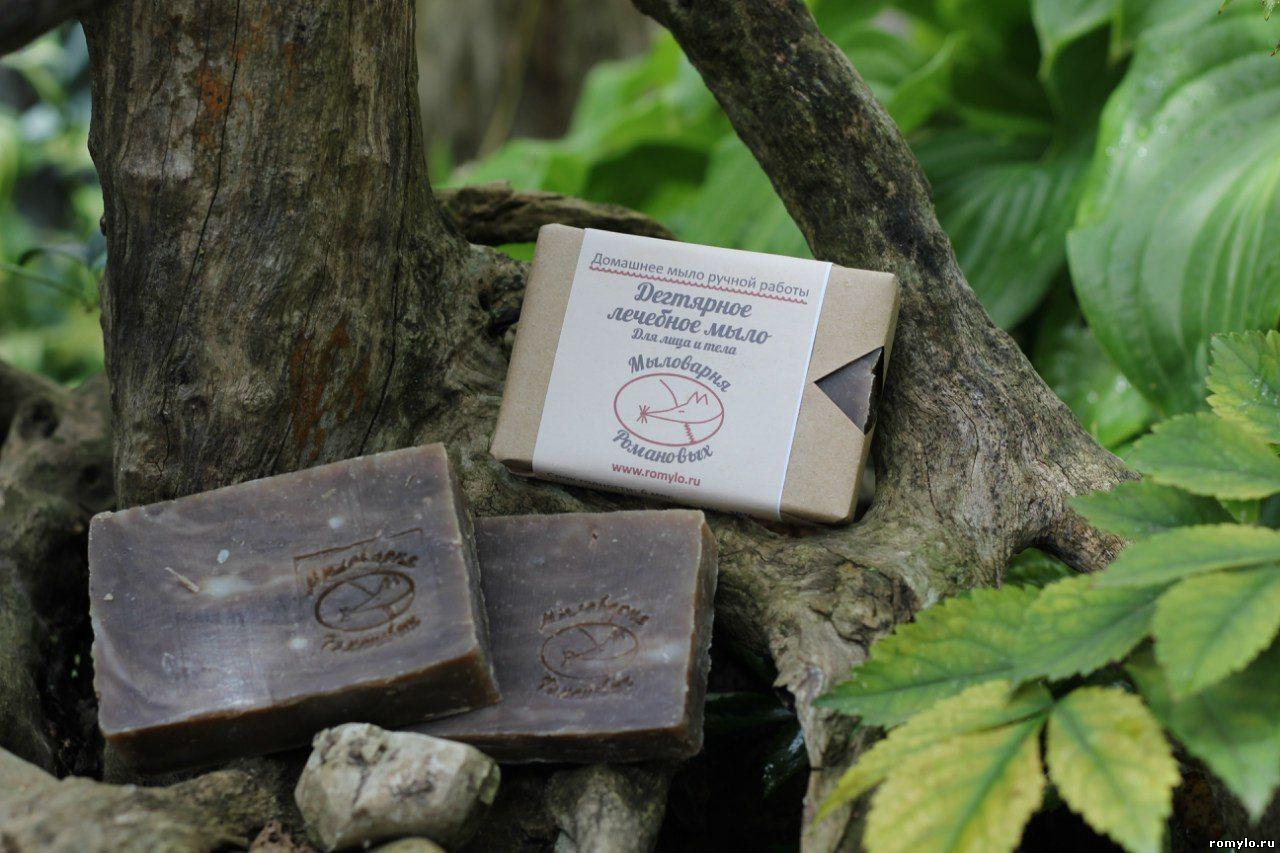 Мыло ДегтярноеТвердое мыло<br>Дегтярное лечебное мыло.  Состав: натриевые соли жирных кислот пальмового, пальмаядрового, касторового, кококсового, оливкового и кукурузного масел; обогащено маслом кунжута, живицей кедра 30%, дегтем березовым (процентное содержание дегтя в мыле 5%).  Заживляет и подсушивает ранки, помогает в борьбе с кожными заболеваниями. Эффективно очищает и выравнивает баланс жирной и проблемной кожи. Борется с черными точками, сужает поры, улучшает цвет лица.   Для сухой кожи использовать осторожно.  Гарантия: 12 месяцев.  Вес: 100 ± 10 гр.<br><br>По материалу: Махровые,Хлопковые<br>По рисунку: Однотонные<br>По назначению: Декоротивные,Практические<br>Размер: 1<br>Материал: None<br>Количество в наличии: 2