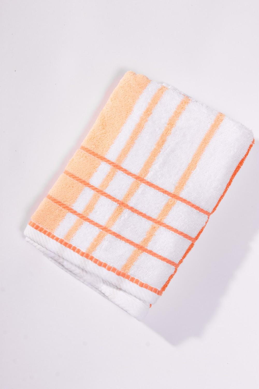 Махровое полотенцеПолотенца<br>Мягкое махровое полотенце  Цвет: белый с оранжевой полоской<br><br>Отделка края: Отделка строчкой<br>По материалу: Махровые,Хлопок<br>По рисунку: В полоску,Однотонные<br>Размер : 50*100,70*140<br>Материал: Махровое полотно<br>Количество в наличии: 5