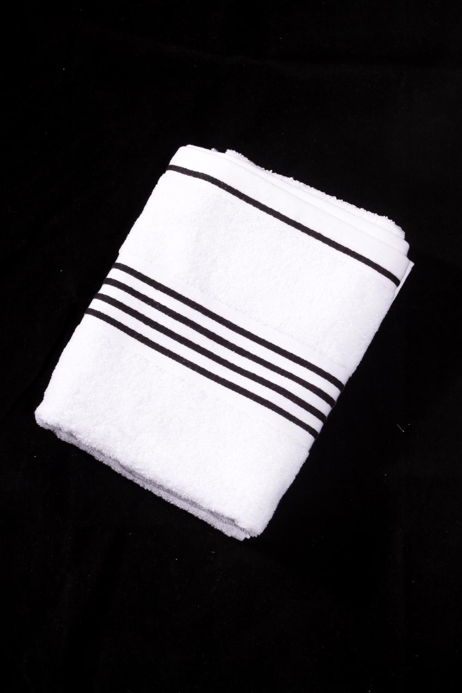 Махровое полотенцеПолотенца<br>Мягкое махровое полотенце  Цвет: белый с черной полоской<br><br>Отделка края: Отделка строчкой<br>По материалу: Махровые,Хлопок<br>По рисунку: В полоску,Однотонные<br>Размер : 50*100,70*140<br>Материал: Махровое полотно<br>Количество в наличии: 2