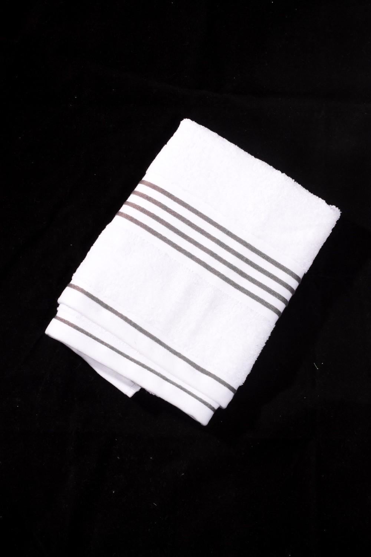 Махровое полотенцеПолотенца<br>Мягкое махровое полотенце  Цвет: белый с серой полоской<br><br>Отделка края: Отделка строчкой<br>По материалу: Махровые,Хлопок<br>По рисунку: В полоску,Однотонные<br>Размер : 30*50,50*100,70*140<br>Материал: Махровое полотно<br>Количество в наличии: 3