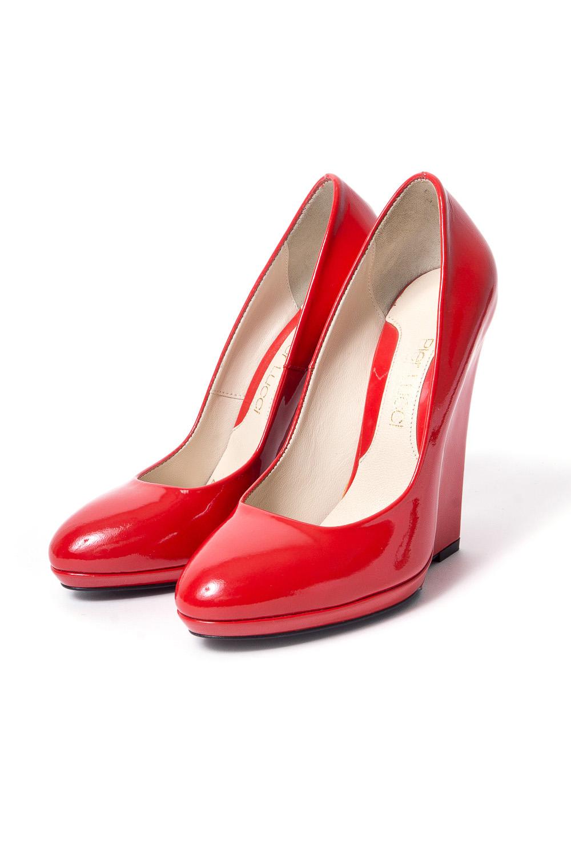 БосоножкиТуфли<br>Pier Lucci – бренд обуви, под которым выпускается уникальная по дизайну обувь. Его история началась в 1974 году. Производитель смог очень быстро преодолеть путь от никому не известной фирмы до лидера обувной отрасли благодаря высокому качеству своей продукции, а также смелому использованию необычных элементов декора для ее оформления.  Основу любой коллекции Pier Lucci составляют женские туфли на высоком каблуке. Это могут быть и классические лодочки, и экстравагантные модели с открытым носком или пяткой, декором в виде ремешков, принтов, заклепок и другие ярких украшений. Под брендом выпускается и обувь других фасонов: от сапог до босоножек. Причем, насколько бы высоким не был каблук, все модели Pier Lucci максимально комфортны за счет продуманной конструкции колодки и удобному подъему, а часто еще и благодаря наличию небольшой платформы.   Однотонные красные туфли на высокой горке.  Цвет: красный<br><br>По материалу: Натуральная кожа<br>По сезону: Осень,Весна<br>Размер : 37<br>Материал: Натуральная кожа<br>Количество в наличии: 1