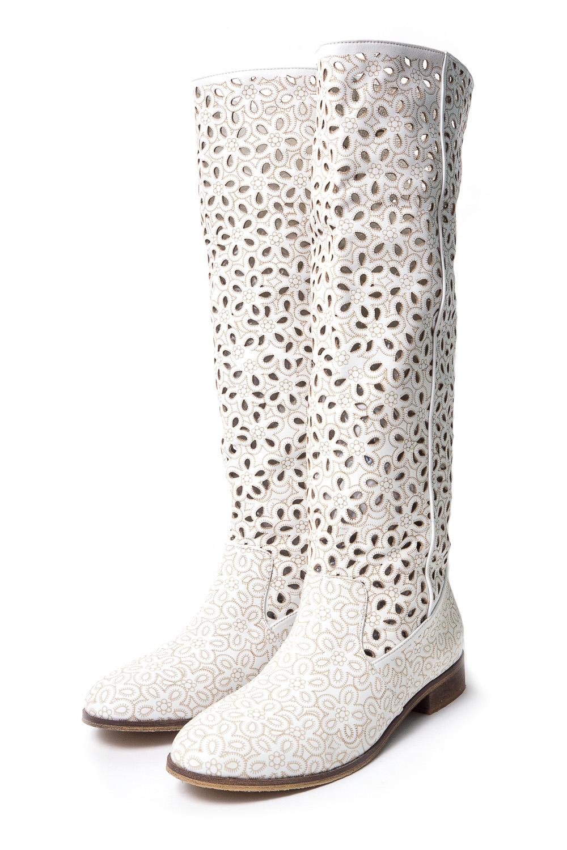 СапогиСапоги<br>Pier Lucci – бренд обуви, под которым выпускается уникальная по дизайну обувь. Его история началась в 1974 году. Производитель смог очень быстро преодолеть путь от никому не известной фирмы до лидера обувной отрасли благодаря высокому качеству своей продукции, а также смелому использованию необычных элементов декора для ее оформления.  Основу любой коллекции Pier Lucci составляют женские туфли на высоком каблуке. Это могут быть и классические лодочки, и экстравагантные модели с открытым носком или пяткой, декором в виде ремешков, принтов, заклепок и другие ярких украшений. Под брендом выпускается и обувь других фасонов: от сапог до босоножек. Причем, насколько бы высоким не был каблук, все модели Pier Lucci максимально комфортны за счет продуманной конструкции колодки и удобному подъему, а часто еще и благодаря наличию небольшой платформы.   Удобные сапоги на сухую погоду. Модель с перфорацией на голенище.  Цвет: белый<br><br>По сезону: Осень,Весна<br>Размер : 39,40<br>Материал: Натуральная кожа<br>Количество в наличии: 2