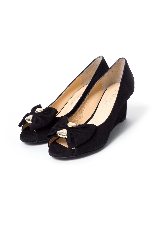 ТуфлиТуфли<br>Бренд модной обуви MARIO MUZI (Марио Муци) можно охарактеризовать по разному, но прежде всего – это качественная, комфортная и стильная модная обувь для женщин, которую можно обозначить как направление «fashion». Это продукция с использованием оригинальных материалов, фасонов, цветов и различных аксессуаров при создании коллекции. Качественные материалы и дизайнерские идеи из Италии в тесном сочетании с передовыми технологиями и инновационными линиями по изготовлению и пошиву обуви на фабрике в Стамбуле (Турция) делает эту торговую марку MARIO MUZI (Марио Муци) одной из самых успешных и пользующихся популярностью на рынке обуви.   Замшевые туфли с открытым носком на устойчивой горке.  В изделии использованы цвета: черный<br><br>По материалу: Натуральная замша<br>По сезону: Весна,Лето<br>Размер : 37<br>Материал: Натуральная замша<br>Количество в наличии: 1