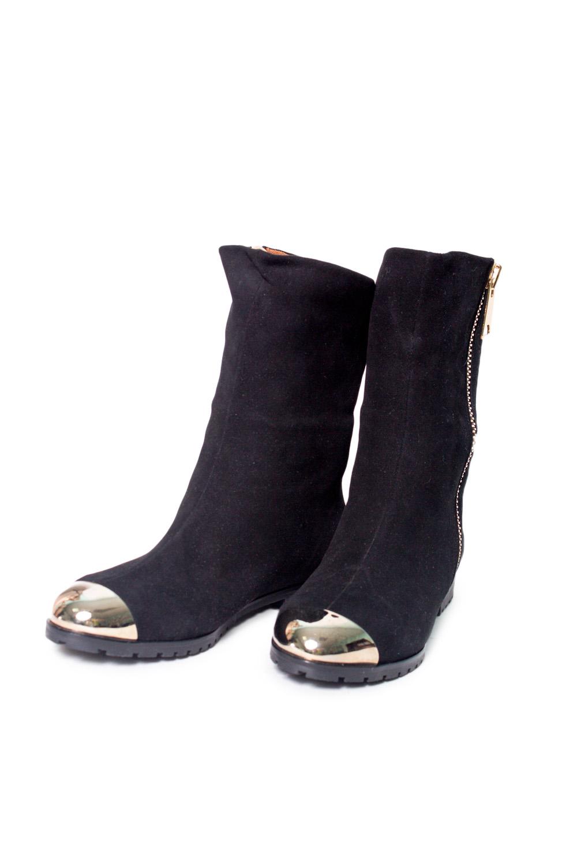 БотинкиБотинки<br>Ботинки Тм Monne страна производства Турция.  Материал верха: натуральная замша.  Материал подкладки: натуральный мех.   Стильная и действительно качественная обувь от известного турецкого производителя. Современная модель выполнена из натуральной качественной замши, пара имеет подошву в рифленым протектором, что обеспечивает дополнительную устойчивость и комфорт. Внутри ботиночки утеплены натуральным мехом, который согреет Ваши ножки холодными морозными днями.  Цвет: черный<br><br>По материалу: Натуральная замша,Натуральный мех<br>По сезону: Зима<br>Размер : 37,38,39,40<br>Материал: Замша<br>Количество в наличии: 4