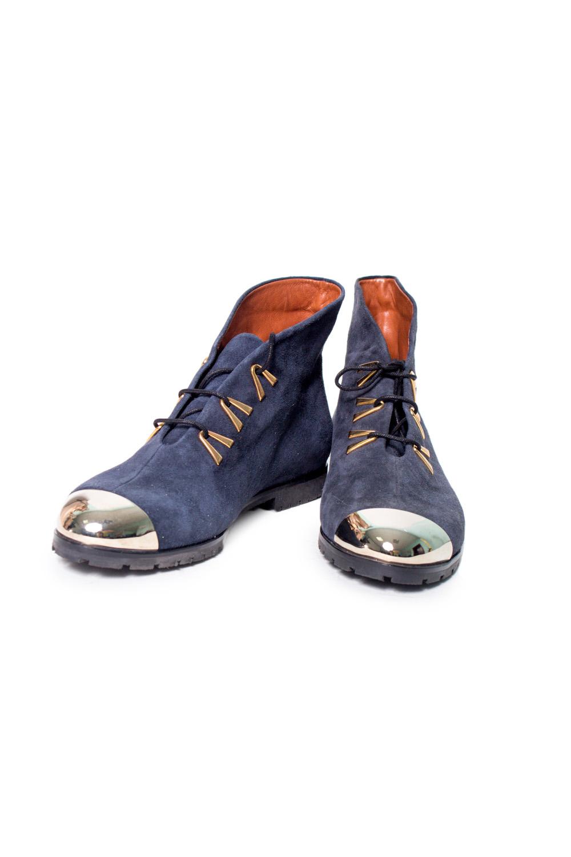 БотинкиБотинки<br>Ботинки Тм Monne страна производства Турция.  Материал верха: натуральная замша.   Оригинальные ботинки на шнуровке выполнены из мягкой замши. Необычный дизайн обуви привлечет внимание к Вашим ногам и поставит яркий акцент в образе. Пара дополнена функциональной шнуровкой, позволяющей регулировать подъем. Удобная эргономичная колодка, гибкая прошитая рифленая подошва, теплая подкладка из ворсина - идеальные составляющие обуви, рассчитанной на каждый день.  Цвет: синий<br><br>По материалу: Натуральная замша<br>По сезону: Осень,Весна<br>Размер : 37,38<br>Материал: Замша<br>Количество в наличии: 2