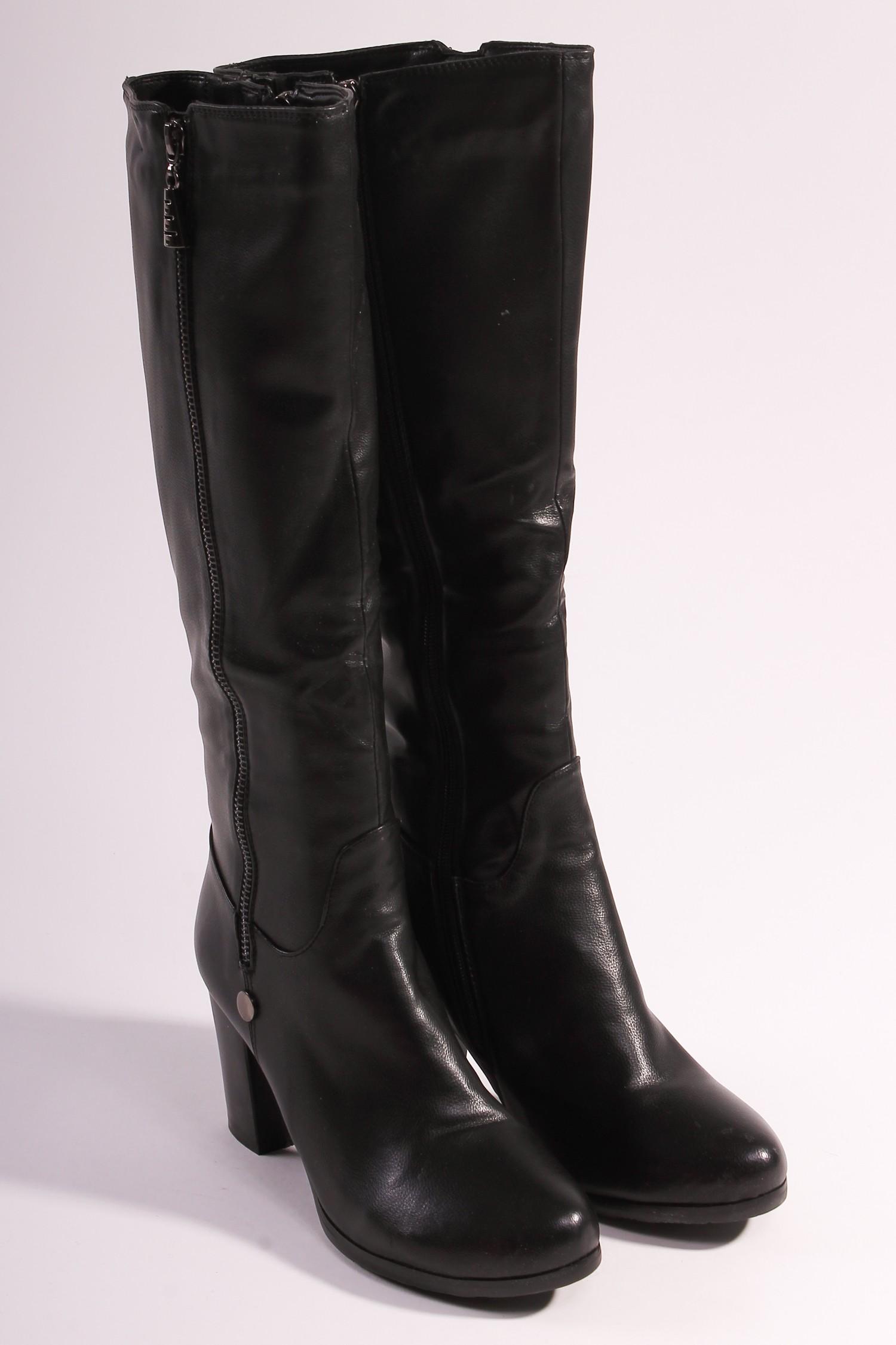 СапогиСапоги<br>Женские сапоги из искусственной кожи на устойчивом каблуке.<br><br>Размер : 39<br>Материал: Искусственная кожа<br>Количество в наличии: 1