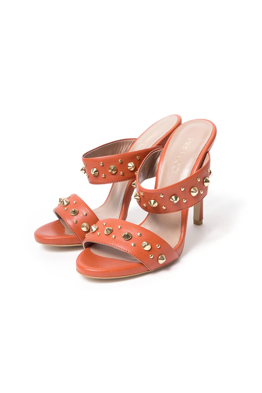 БосоножкиБосоножки<br>Pier Lucci – бренд обуви, под которым выпускается уникальная по дизайну обувь. Его история началась в 1974 году. Производитель смог очень быстро преодолеть путь от никому не известной фирмы до лидера обувной отрасли благодаря высокому качеству своей продукции, а также смелому использованию необычных элементов декора для ее оформления.  Основу любой коллекции Pier Lucci составляют женские туфли на высоком каблуке. Это могут быть и классические лодочки, и экстравагантные модели с открытым носком или пяткой, декором в виде ремешков, принтов, заклепок и другие ярких украшений. Под брендом выпускается и обувь других фасонов: от сапог до босоножек. Причем, насколько бы высоким не был каблук, все модели Pier Lucci максимально комфортны за счет продуманной конструкции колодки и удобному подъему, а часто еще и благодаря наличию небольшой платформы.   quot;Смелыеquot; босоножки с заклепками.  В изделии использованы цвета: терракотовый<br><br>По сезону: Лето<br>Размер : 36,37<br>Материал: Натуральная кожа<br>Количество в наличии: 2