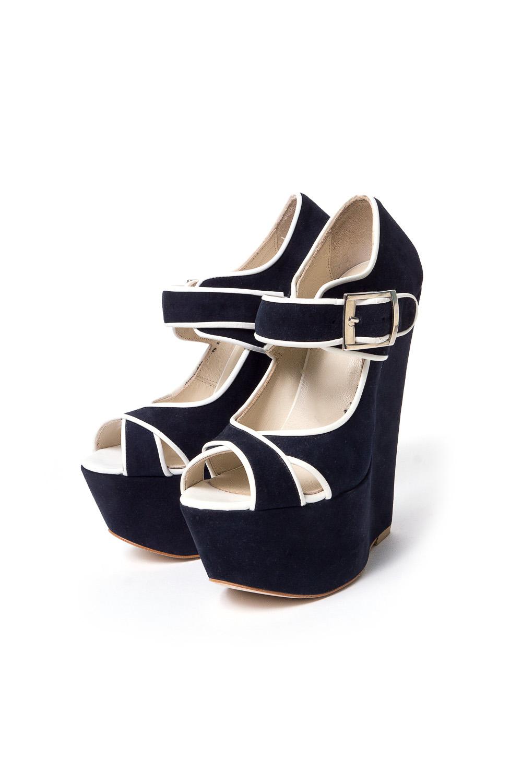 ТуфлиТуфли<br>Pier Lucci – бренд обуви, под которым выпускается уникальная по дизайну обувь. Его история началась в 1974 году. Производитель смог очень быстро преодолеть путь от никому не известной фирмы до лидера обувной отрасли благодаря высокому качеству своей продукции, а также смелому использованию необычных элементов декора для ее оформления.Основу любой коллекции Pier Lucci составляют женские туфли на высоком каблуке. Это могут быть и классические лодочки, и экстравагантные модели с открытым носком или пяткой, декором в виде ремешков, принтов, заклепок и другие ярких украшений. Под брендом выпускается и обувь других фасонов: от сапог до босоножек. Причем, насколько бы высоким не был каблук, все модели Pier Lucci максимально комфортны за счет продуманной конструкции колодки и удобному подъему, а часто еще и благодаря наличию небольшой платформы. Замшевые туфли на высокой платформе с горкой.В изделии использованы цвета: черный, белый<br><br>Материал: Натуральная замша<br>Сезон: Весна,Лето<br>Размер : 36,39<br>Материал: Натуральная замша<br>Количество в наличии: 2