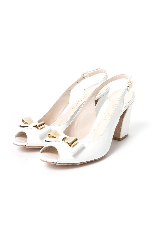 БосоножкиБосоножки<br>Pier Lucci – бренд обуви, под которым выпускается уникальная по дизайну обувь. Его история началась в 1974 году. Производитель смог очень быстро преодолеть путь от никому не известной фирмы до лидера обувной отрасли благодаря высокому качеству своей продукции, а также смелому использованию необычных элементов декора для ее оформления.  Основу любой коллекции Pier Lucci составляют женские туфли на высоком каблуке. Это могут быть и классические лодочки, и экстравагантные модели с открытым носком или пяткой, декором в виде ремешков, принтов, заклепок и другие ярких украшений. Под брендом выпускается и обувь других фасонов: от сапог до босоножек. Причем, насколько бы высоким не был каблук, все модели Pier Lucci максимально комфортны за счет продуманной конструкции колодки и удобному подъему, а часто еще и благодаря наличию небольшой платформы.   Белые босоножки с задником на ремешке, открытым носком на устойчивом каблуке.  В изделии использованы цвета: белый<br><br>По сезону: Лето<br>Размер : 38,39,40<br>Материал: Натуральная кожа<br>Количество в наличии: 3