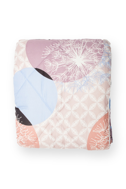 ОдеялоОдеяла и наматрасники<br>Овечья шерсть и изделия, наполнителем которых она является, такие как одеяла, подушки и наматрасники не только дарят непередаваемое ощущение комфорта и тепла, но и обладают рядом лечебных свойств.  Потребительские свойства изделий с наполнителем из овечьей шерсти: - лечебно-профилактический эффект - оптимальный температурный режим - гигроскопичность: обеспечивает комфортное сухое тепло - активная циркуляция воздуха через наполнитель  В изделии использованы цвета: бежевый, голубой, белый  Размеры:  Одеяло полутораспальное - 140х205 см. Одеяло двуспальное - 172х205 см. Одеяло Евро - 200х220 см.<br><br>По материалу: Шерсть<br>По размеру: Полутороспальные<br>По рисунку: Растительные мотивы,С принтом,Цветные<br>Размер : 140*205<br>Материал: Полиэстер<br>Количество в наличии: 1