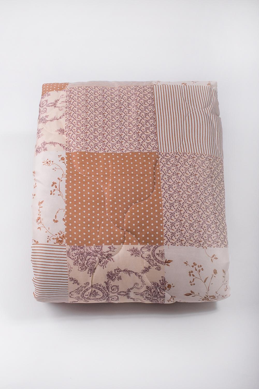 ОдеялоОдеяла и наматрасники<br>«Экософт» - это классическая коллекция одеял с микрофиброй. Микрофибра – это пряжа нового поколения, очень прочная и воздухопроницаемая. При этом она приятна на ощупь и не просвечивает через постельное белье. Микрофибра состоит из полых волокон. Ее пористая структура задерживает частицы пыли и не пропускает их внутрь. По своей упругости и мягкости она напоминает натуральный пух. Ключевое отличие состоит в гипоаллергенности и отсутствии нежелательных микроорганизмов. Такой наполнитель создает все условия для комфортного и безопасного сна. Одеяло «Экософт» просто в уходе и длительное время сохраняет свои полезные физические свойства. Универсальная серия для тех, кто ценит полноценный отдых и качественные материалы.  В изделии использованы цвета: бежевый, белый  Размеры:  Одеяло полутораспальное - 140х205 см. Одеяло двуспальное - 172х205 см. Одеяло Евро - 200х220 см.<br><br>По размеру: Двуспальные<br>По рисунку: С принтом,Цветные<br>Размер : 172*205<br>Материал: Микрофибра<br>Количество в наличии: 1