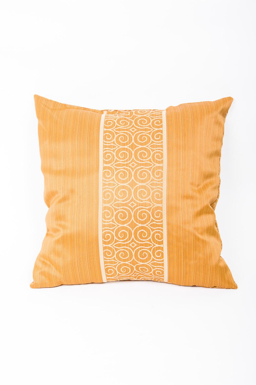 ПодушкаДиванные подушки<br>Декоративная подушка, как дополнение к мягкой мебели, делает обстановку комнаты интересней.   Используется потайная молния.   Размер: 40х40 см.   В изделии использованы цвета: желтый, белый  Наполнитель: синтепон<br><br>По назначению: Декоротивные<br>По рисунку: С принтом<br>Размер : 40*40<br>Материал: Жаккард<br>Количество в наличии: 2