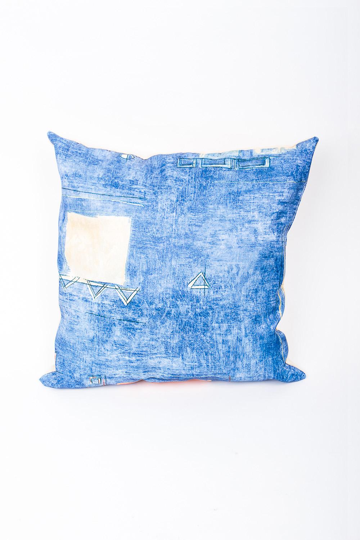 ПодушкаДиванные подушки<br>Декоративная подушка, как дополнение к мягкой мебели, делает обстановку комнаты интересней.   Используется потайная молния.   Размер: 35х35 см.   В изделии использованы цвета: синий, молочный  Наполнитель: синтепон<br><br>По назначению: Декоротивные<br>По рисунку: С принтом,Цветные<br>Размер : 35*35<br>Материал: Жаккард<br>Количество в наличии: 1