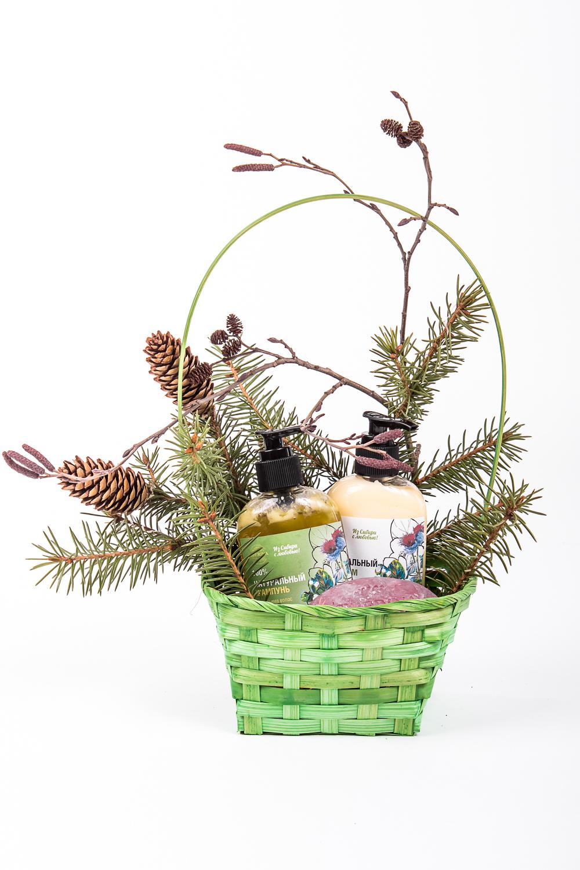 Подарочный набор Объём и увлажнениеПодарочные наборы<br>Подарочный Набор ОбъЁМ И Увлажнение станет приятным и нужным подарком для Ваших любимых, как на праздничные даты, так и сюрпризом, для которого не нужен повод.   Роскошный косметический набор будет радовать своего владельца, создавая солнечное, праздничное настроение Ежедневно используя натуральную косметику, он будет чувствовать Вашу любовь и заботу.   Набор Объем и увлажнение содержит: Натуральный шампунь Для объема волос Натуральный бальзам Для объема волос  Натуральное мыло Роза  Подарочные наборы упакованы в красивые плетеные корзинки: 540 ± 5 гр.  Срок годности: 2 года<br><br>Тип аромата: Травяной<br>Тип волос: Жирные волосы,Нормальные волосы,Сухие волосы<br>Тип кожи: Зрелая кожа,Нормальная кожа,Сухая кожа,Чувствительная кожа<br>Эффект: Объем,Против выпадения волос,Рост волос<br>Размер : UNI<br>Количество в наличии: 1
