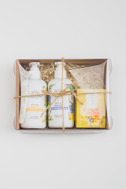 Подарочный набор Оптимальный уходПодарочные наборы<br>Подарочный Набор quot;Оптимальный Уходquot; станет приятным и нужным подарком для Ваших любимых, как на праздничные даты, так и сюрпризом, для которого не нужен повод.   Роскошный косметический набор будет радовать своего владельца, создавая солнечное, праздничное настроение Ежедневно используя натуральную косметику, он будет чувствовать Вашу любовь и заботу.   Набор quot;Оптимальный уходquot; содержит: Натуральный шампунь quot;Для нормальных волосquot; Натуральный бальзам quot;Для нормальных волосquot;  Натуральное мыло quot;Медовоеquot;  Подарочный набор упакован в красивую плетеную корзинку.  Срок годности: 2 года<br><br>Тип аромата: Травяной<br>Тип волос: Нормальные волосы<br>Тип кожи: Нормальная кожа<br>Эффект: Блеск,Питание,Увлажнение,Укрепление волос<br>Размер : UNI<br>Количество в наличии: 2