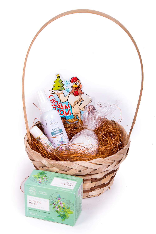 Подарочный набор МятныйПодарочные наборы<br>Подарочный Набор Мятный станет приятным и нужным подарком для Ваших любимых, как на праздничные даты, так и сюрпризом, для которого не нужен повод.   Роскошный косметический набор будет радовать своего владельца, создавая солнечное, праздничное настроение Ежедневно используя натуральную косметику, он будет чувствовать Вашу любовь и заботу.   Набор Мятный содержит: Мыло Мятное Гидролат мяты Бомбочка для ванны Мята-эвкалипт Бальзам для губ Мятный  Подарочный набор упакован в красивую плетеную корзинку и прозрачную пленку.  Срок годности: 2 года<br><br>Размер : UNI<br>Количество в наличии: 1