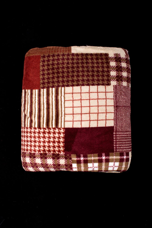 ПледПледы<br>Лёгкий нарядный плед, универсальное текстильное изделие, согревает в сырую погоду дома или в поездке, в туристическом походе, гостинице, косметическом салоне. А так же украшает интерьер.  В изделии использованы цвета: бордовый, коричневый и др.<br><br>По материалу: Тканевые<br>По рисунку: В полоску,С принтом (печатью),Цветные<br>По сезону: Всесезон<br>Размер : 150*200,180*200<br>Материал: Микрофибра<br>Количество в наличии: 2
