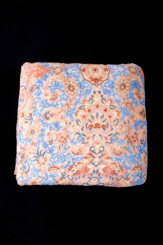 ПледПледы<br>Лёгкий нарядный плед, универсальное текстильное изделие, согревает в сырую погоду дома или в поездке, в туристическом походе, гостинице, косметическом салоне. А так же украшает интерьер.  В изделии использованы цвета: коралловый, голубой и др.<br><br>По материалу: Тканевые<br>По рисунку: С принтом (печатью),Цветные<br>По сезону: Всесезон<br>Размер : 150*200<br>Материал: Микрофибра<br>Количество в наличии: 1