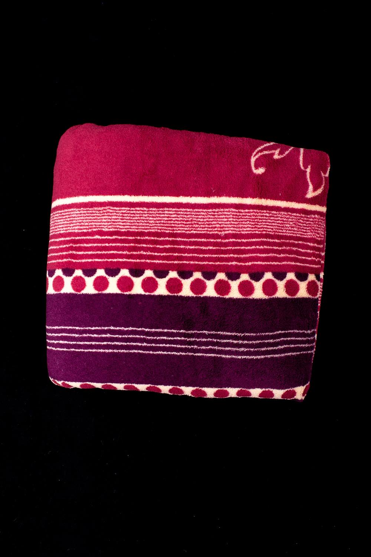 ПледПледы<br>Лёгкий нарядный плед, универсальное текстильное изделие, согревает в сырую погоду дома или в поездке, в туристическом походе, гостинице, косметическом салоне. А так же украшает интерьер.  В изделии использованы цвета: красный, бордовый и др.<br><br>По материалу: Тканевые<br>По рисунку: В полоску,С принтом (печатью),Цветные<br>По сезону: Всесезон<br>Размер : 180*200<br>Материал: Микрофибра<br>Количество в наличии: 1