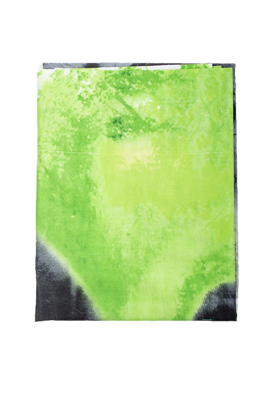 ПростыньПостельное белье<br>Простынь изготовлена из полисатина.  Полисатин наполовину натуральный материал (полиэстер и хлопок) сатинового переплетения, то есть на его лицевой стороне преобладают уточные нити (как и у сатина). Это значит, что он прочный и плотный (и долговечный), гладкий, шелковистый, немного блестит. Так как полисатин выполнен на основе полиэстера, он обладает целым рядом свойств популярного синтетического материала: быстро сохнет, не продувается ветром, не снашивается долгие годы, не садится и не линяет.  В изделии использованы цвета: зеленый и др.<br><br>По комплектации: Простыня 1 шт.<br>По материалу: Полисатин,Хлопок<br>По размеру: Полутороспальные<br>По рисунку: С принтом,Цветные<br>Размер : 1,5<br>Материал: Полисатин<br>Количество в наличии: 1