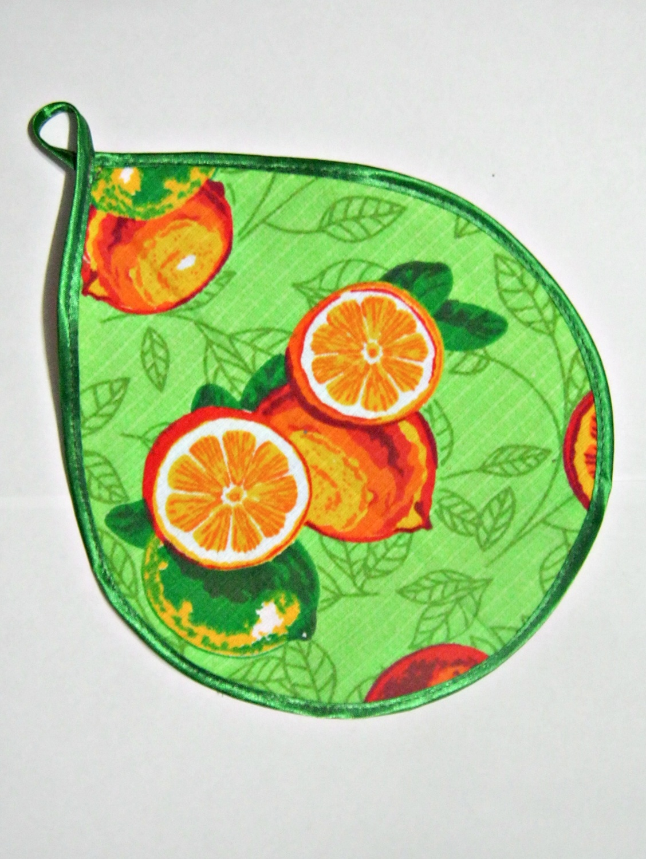ПрихваткаПрихватки<br>Красочная прихватка станет украшением любой кухни. С помощью специальной петельки прихватку можно вешать на крючок. Отличный вариант для практичной и современной хозяйки.  Цвет: зеленый, оранжевый, красный<br><br>Размер : 20*24<br>Материал: Хлопок<br>Количество в наличии: 4