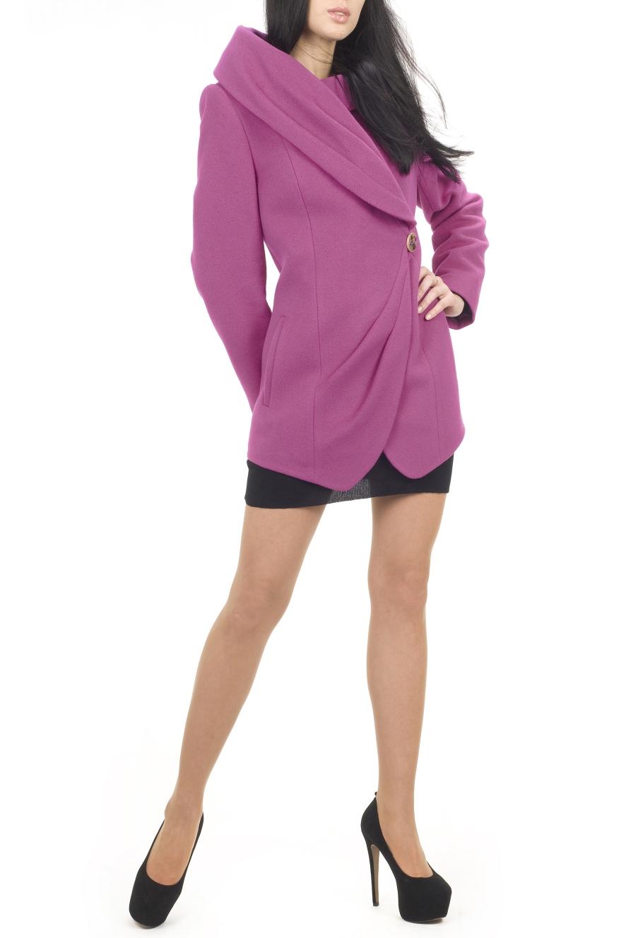 ПальтоПальто<br>Пальто прилегающего силуэта с капюшоном. Правые части переда и отворота капюшона декорированы мягкими складками. Нижние углы борта закруглены. Воротник ассиметричныый. Застежка смещенная на 1 навесную петлю. Яркая модель для современной женщины.  Цвет: розовый  Ростовка изделия 170 см.<br><br>Воротник: Фантазийный<br>Горловина: Запах<br>Застежка: С пуговицами<br>По длине: До колена<br>По материалу: Пальтовая ткань,Шерсть<br>По образу: Город<br>По рисунку: Однотонные<br>По силуэту: Приталенные<br>По стилю: Повседневный стиль<br>По элементам: С карманами,Со складками<br>Рукав: Длинный рукав<br>По сезону: Осень,Весна<br>Размер : 44,46,48,50,52<br>Материал: Пальтовая ткань<br>Количество в наличии: 5