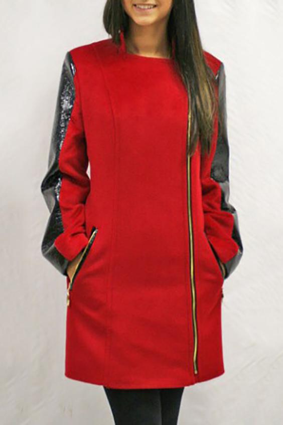 ПальтоПальто<br>Демисезонное пальто прямого силуэта, длинной выше колена, с карманами, застежка на молнию.  Цвет: красный, черный  Ростовка изделия 170 см.<br><br>Горловина: С- горловина<br>Застежка: С молнией<br>По длине: До колена<br>По материалу: Пальтовая ткань,Шерсть<br>По рисунку: Цветные<br>По силуэту: Прямые<br>По стилю: Молодежный стиль,Повседневный стиль<br>По элементам: С карманами,С отделочной фурнитурой<br>Рукав: Длинный рукав<br>По сезону: Осень,Весна<br>Размер : 42,44,46,48,50<br>Материал: Пальтовая ткань<br>Количество в наличии: 5