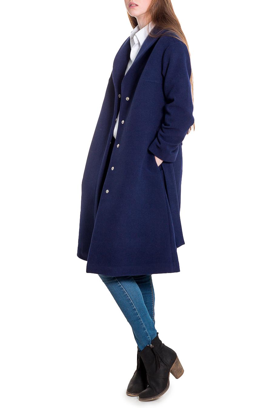 ПальтоПальто<br>Элегантное пальто лаконичного дизайна придется по вкусу настоящим леди, ценящим стиль и комфорт. Пальто со спущенной линией плеча придает фигуре мягкие очертания. Материал пальто плотный, но мягкий, прекрасно дышит, при этом поддерживая оптимальный температурный режим. Это пальто станет прекрасной составляющей Вашего повседневного гардероба.  Пальто силуэта трапеция со съемным поясом. На спинке средний шов и кокетка. Воротник шалевый, центральная застежка на кнопки. Карманы в боковых швах. Рукав рубашечный, со спущенной линией плеча, длинный.  Цвет: синий.  Длина рукава (от конечной плечевой точки) - 61 ± 1 см  Рост девушки-фотомодели 180 см  Длина изделия - 105 ± 2 см<br><br>Воротник: Шалька<br>Горловина: V- горловина,Запах<br>Застежка: С кнопками<br>По длине: Ниже колена<br>По материалу: Пальтовая ткань<br>По рисунку: Однотонные<br>По силуэту: Свободные<br>По стилю: Винтаж,Классический стиль,Кэжуал,Офисный стиль,Повседневный стиль,Ультрамодный стиль<br>По элементам: С воротником,С вырезом,С декором,С карманами,С подкладом,С поясом,С разрезом<br>Рукав: Длинный рукав<br>По сезону: Осень,Весна<br>Размер : 42<br>Материал: Пальтовая ткань<br>Количество в наличии: 1