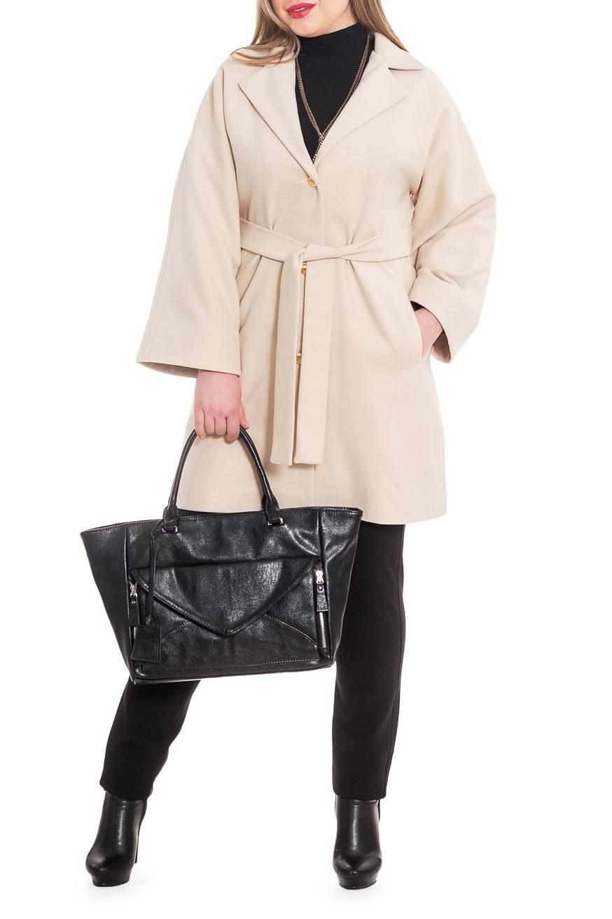 ПальтоПальто<br>Элегантное пальто лаконичного дизайна придется по вкусу настоящим леди, ценящим стиль и комфорт. Пальто со спущенной линией плеча придает фигуре мягкие очертания. Материал пальто плотный, но мягкий, прекрасно дышит, при этом поддерживая оптимальный температурный режим. Это пальто станет прекрасной составляющей Вашего повседневного гардероба.  Пальто полуприлегающего силуэта с карманами в боковых швах. На спинке средний шов со шлицей. Воротник стояче-отложной, застежка на 3 пуговицах. Отлетной пояс со шлевками. Рукав цельнокроенный, расширяющийся к низу.  Цвет: бежевый.  Длина рукава (от конечной плечевой точки) - 56 ± 1 см  Рост девушки-фотомодели 170 см  Длина изделия - 88 ± 2 см  При создании образа, который Вы видите на фотографии, также была использована стильная сумка арт. SMK2816. Для просмотра модели введите артикул в строке поиска.<br><br>Воротник: Стояче-отложной,Шалька<br>Горловина: V- горловина,Запах<br>Застежка: С пуговицами<br>По длине: До колена<br>По материалу: Пальтовая ткань<br>По образу: Город<br>По рисунку: Однотонные<br>По силуэту: Полуприталенные<br>По стилю: Классический стиль,Кэжуал,Офисный стиль,Повседневный стиль<br>По элементам: С воротником,С вырезом,С декором,С карманами,С подкладом,С поясом<br>Рукав: Длинный рукав<br>По сезону: Осень,Весна<br>Размер : 46,48,50,52,54,56<br>Материал: Пальтовая ткань<br>Количество в наличии: 14