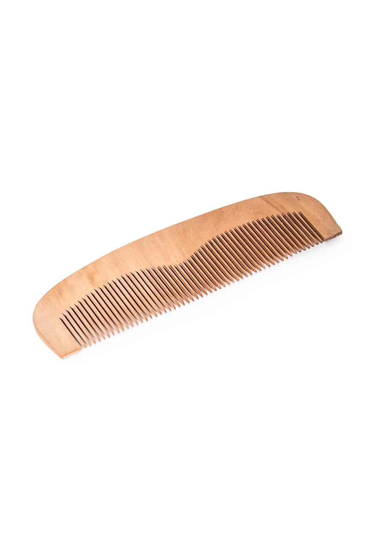 РасческаДля волос<br>Достоинства деревянной расчески: - подходит для ежедневного использования; - не травмирует кожу головы; - снимает статическое электричество; - отлично подходит для нанесения масок и бальзамов для волос; - дерево – экологически чистый материал, что уже само по себе хорошо; - придает силу волосам; - использование деревянной расчески – отличная профилактика ломкости, секущихся кончиков и засаливания волос.  Размеры: 17*5*1 см<br><br>Размер : UNI<br>Материал: Дерево<br>Количество в наличии: 3