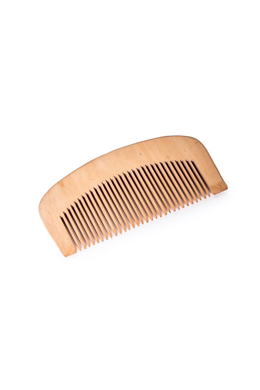 РасческаДля волос<br>Достоинства деревянной расчески: - подходит для ежедневного использования; - не травмирует кожу головы; - снимает статическое электричество; - отлично подходит для нанесения масок и бальзамов для волос; - дерево – экологически чистый материал, что уже само по себе хорошо; - придает силу волосам; - использование деревянной расчески – отличная профилактика ломкости, секущихся кончиков и засаливания волос.  Размеры: 10*5*1 см<br><br>Размер : UNI<br>Материал: Дерево<br>Количество в наличии: 10