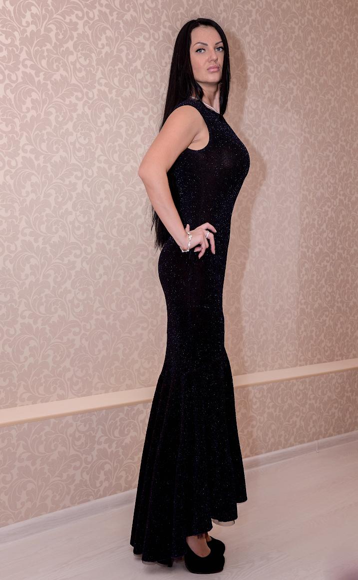 ПлатьеПлатья<br>Изысканное блестящее платье в пол. Модель выполнена из плотного трикотажа. Отличный выбор для любого торжества.  Цвет: черный<br><br>Горловина: С- горловина<br>По длине: Макси<br>По материалу: Вискоза,Трикотаж<br>По образу: Выход в свет,Свидание<br>По рисунку: Однотонные<br>По сезону: Весна,Всесезон,Зима,Лето,Осень<br>По силуэту: Обтягивающие<br>По элементам: С открытой спиной,Со шлейфом,С воланами и рюшами<br>Рукав: Без рукавов<br>По стилю: Нарядный стиль<br>Размер : 46<br>Материал: Трикотаж<br>Количество в наличии: 1