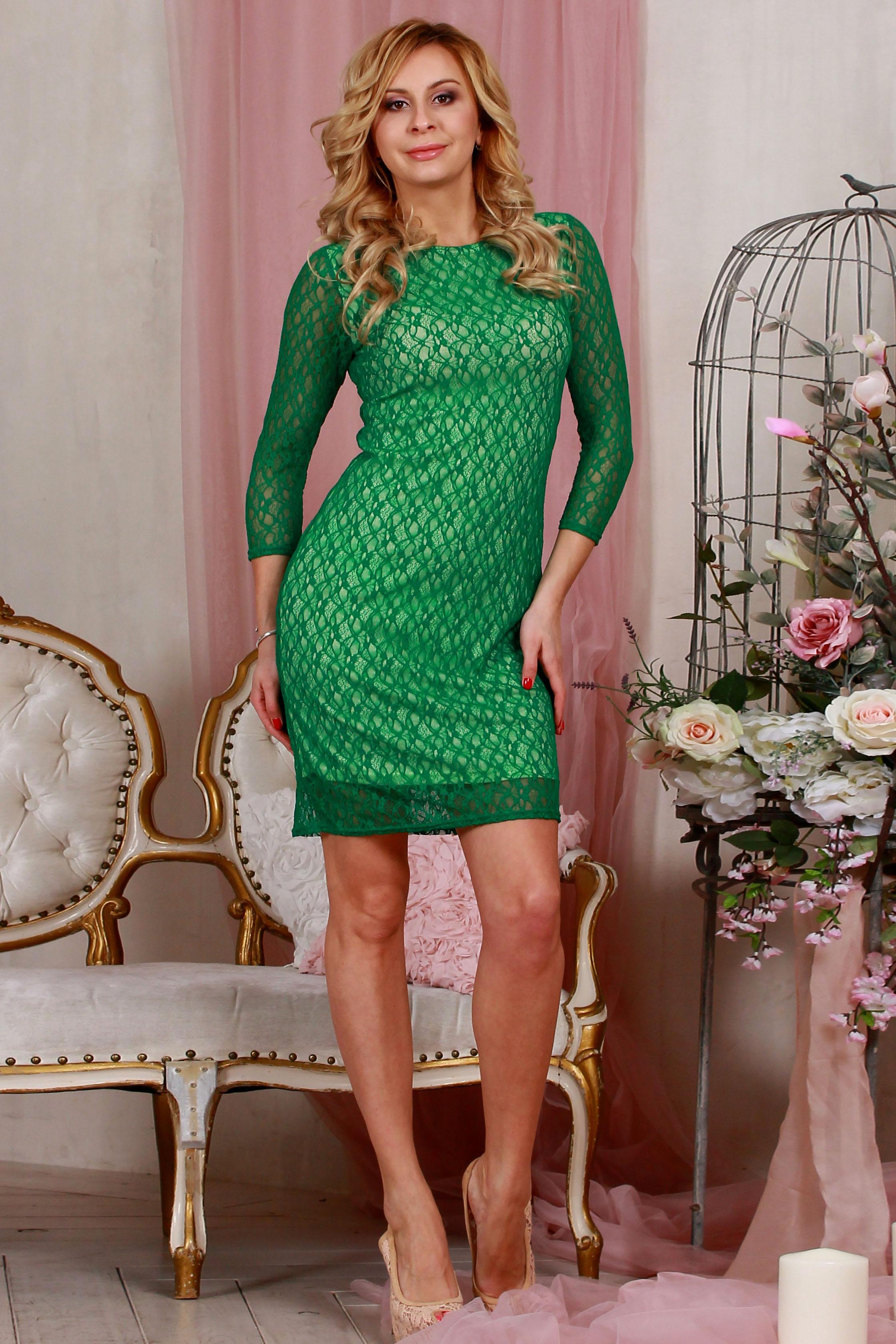 ПлатьеПлатья<br>Элегантное платье из  гипюра на подкладке прилегающего силуэта, рукав втачной, 3/4.   Длина изделия от 91 см до 103 см , в зависимости от размера  Цвет: зеленый  Рост девушки-фотомодели 175 см<br><br>Горловина: С- горловина<br>По длине: До колена<br>По материалу: Вискоза,Гипюр<br>По рисунку: Однотонные,Фактурный рисунок<br>По сезону: Весна,Зима,Лето,Осень,Всесезон<br>По силуэту: Приталенные<br>По стилю: Нарядный стиль,Вечерний стиль<br>По форме: Платье - футляр<br>Рукав: Рукав три четверти<br>Размер : 42,44,46,52<br>Материал: Гипюр<br>Количество в наличии: 4