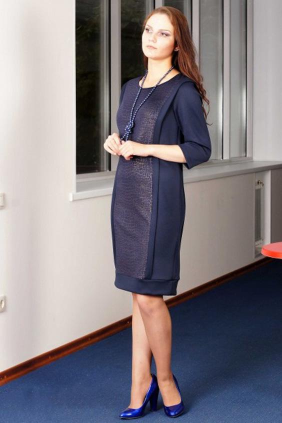 ПлатьеПлатья<br>Плотное трикотажное платье прямого кроя спасет представительниц прекрасного пола от осенне-зимних холодов. Его удачный крой поможет спрятать недостатки фигуры, а удачная комбинация двух видов тканей и продольная отделка, вставленная в швы рельефов, сделает женский силуэт стройнее. Его насыщенный темно-синий цвет также способствует зрительному уменьшению объемов фигуры.     Платье прямого силуэта из плотного трикотажа. Перед с продольными смещенными от центра груди рельефами из плечевого шва; с нагрудной вытачкой из шва рельефа. Спинка аналогично переду: с продольными рельефами из плечевого шва. Горловина округлая, обработана бейкой из основного материала. Рукава втачные, длиной 3/4.  В швы рельефов вставлена узкая отделочная деталь. Низ платья обработан широкой двойной манжетой.  Длина изделия - 93 см  Цвет: синий  Ростовка изделия 170 см.<br><br>По образу: Город,Свидание<br>По стилю: Повседневный стиль<br>По материалу: Трикотаж<br>По рисунку: Рептилия,Однотонные,Цветные<br>По сезону: Весна,Осень<br>По силуэту: Полуприталенные<br>По элементам: С манжетами<br>По форме: Платье - футляр<br>По длине: До колена<br>Рукав: Рукав три четверти<br>Горловина: С- горловина<br>Размер: 50,52,54,56,58<br>Материал: 100% полиэстер<br>Количество в наличии: 7