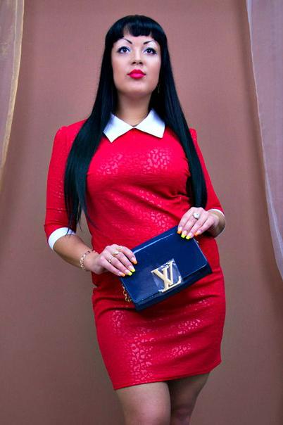 ПлатьеПлатья<br>Красивое платье с контрастными манжетами и воротничком. Модель выполнена из приятного материала. Отличный выбор для любого случая.  Цвет: красный, белый  Ростовка изделия 170 см.<br><br>По длине: До колена<br>По материалу: Трикотаж<br>По рисунку: Однотонные<br>По сезону: Весна,Осень,Зима<br>По стилю: Повседневный стиль,Нарядный стиль<br>По форме: Платье - футляр<br>По элементам: С воротником,С манжетами<br>Рукав: Рукав три четверти<br>Воротник: Рубашечный<br>По силуэту: Приталенные<br>Размер : 48<br>Материал: Трикотаж<br>Количество в наличии: 1