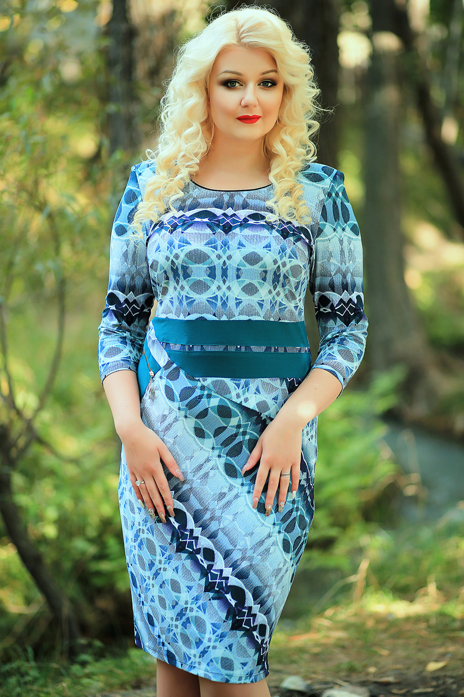 ПлатьеПлатья<br>Женское платье футлярного типа с круглой горловиной и рукавами 3/4. Модель выполнена из приятного трикотажа. Отличный выбор для повседневного гардероба.В изделии использованы цвета: синий, зеленый и др.Параметры размеров:44 размер - обхват груди 84 см., обхват талии 72 см., обхват бедер 97 см.46 размер - обхват груди 92 см., обхват талии 76 см., обхват бедер 100 см.48 размер - обхват груди 96 см., обхват талии 80 см., обхват бедер 103 см.50 размер - обхват груди 100 см., обхват талии 84 см., обхват бедер 106 см.52 размер - обхват груди 104 см., обхват талии 88 см., обхват бедер 109 см.54 размер - обхват груди 110 см., обхват талии 94,5 см., обхват бедер 114 см.56 размер - обхват груди 116 см., обхват талии 101 см., обхват бедер 119 см.58 размер - обхват груди 122 см., обхват талии 107,5 см., обхват бедер 124 см.60 размер - обхват груди 128 см., обхват талии 114 см., обхват бедер 129 см.Ростовка изделия 168 см.<br><br>Горловина: С- горловина<br>Рукав: Рукав три четверти<br>Длина: Ниже колена<br>Материал: Трикотаж<br>Рисунок: Абстракция,С принтом,Цветные<br>Сезон: Весна,Осень<br>Силуэт: Приталенные<br>Стиль: Повседневный стиль<br>Форма: Платье - футляр<br>Элементы: С декором<br>Размер : 52,58<br>Материал: Холодное масло<br>Количество в наличии: 2