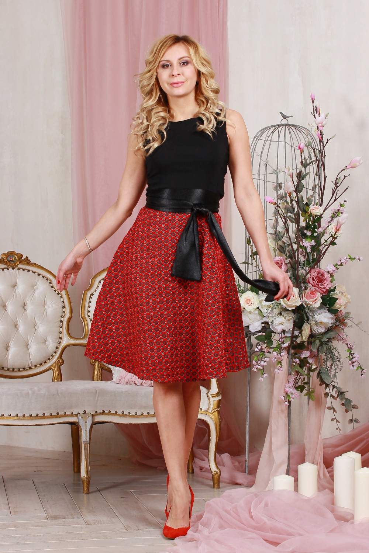 ПлатьеПлатья<br>Комбинированное платье приталенного силуэта,отрезное по линии талии, юбка из плотного жаккарда, в боковом шве - молния. Верх платья выполнен из хлопка с  эластаном, что позволяет выгодно подчеркнуть силуэт, пышная юбка добавляет очарования. Платье без пояса.  Длина изделия от 90 см до 96 см, в зависимости от размера.  Цвет: красный, черный  Рост девушки-фотомодели 175 см<br><br>Горловина: С- горловина<br>По длине: Ниже колена<br>По материалу: Тканевые<br>По рисунку: Цветные<br>По силуэту: Приталенные<br>По стилю: Нарядный стиль,Повседневный стиль<br>По форме: Платье - трапеция<br>Рукав: Без рукавов<br>По сезону: Осень,Весна<br>Размер : 42,44,46,50<br>Материал: Плательная ткань<br>Количество в наличии: 5