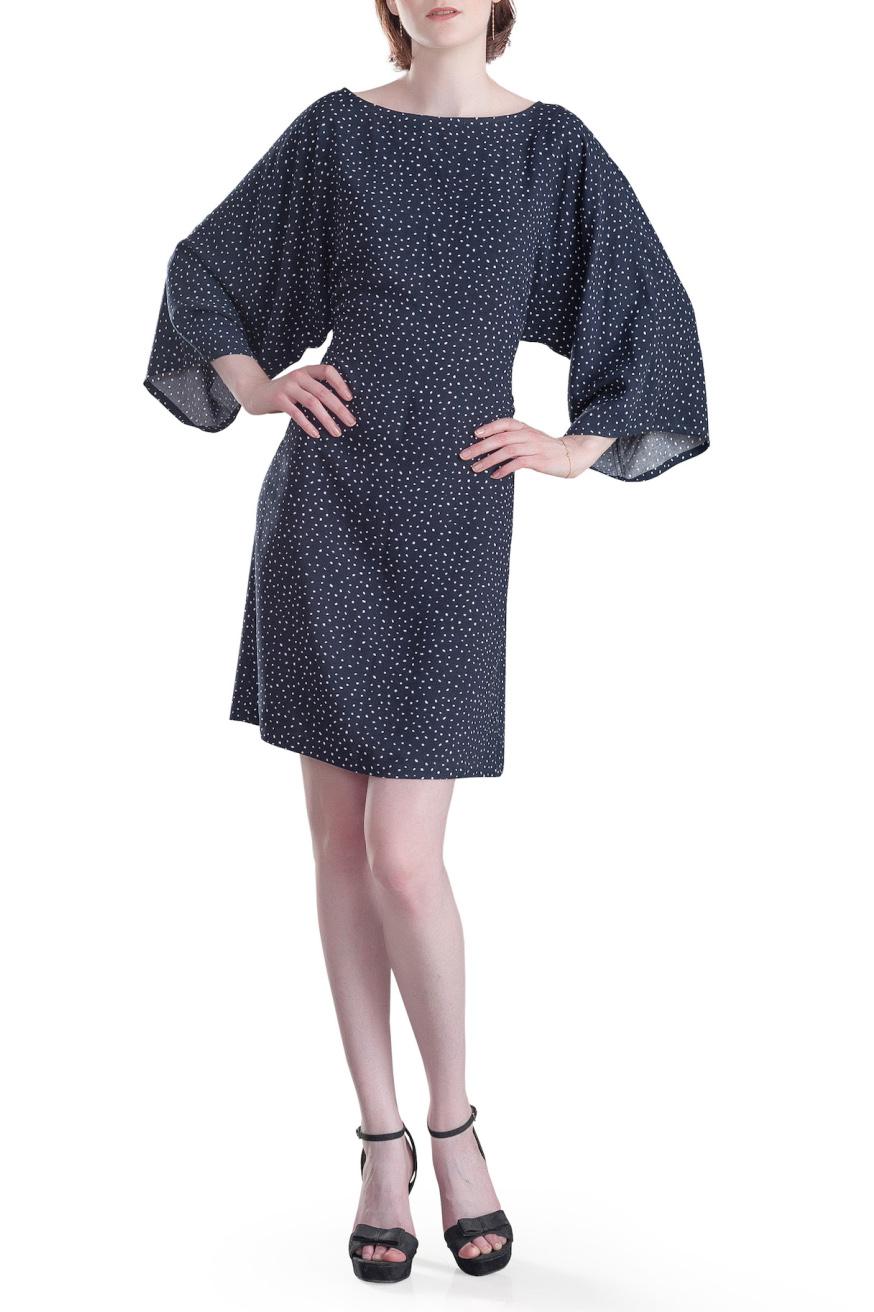 ПлатьеПлатья<br>Платье прямое с широкими цельнокроеными длинными рукавами а-ля кимоно. Платье темно синего цвета в белый мелкий горошек, напоминающий звездное небо, из мягкой струящейся вискозы. Вырез лодочкой. Пояс в комплект не входит.  В изделии использованы цвета: темно-синий, белый  Параметры изделия 42 размера:  Обхват груди: 88 см. Обхват талии: 70 см. Обхват бедер: 96 см. Обхват под грудью: 86,2 см. Длина рукава: 35 см. Длина изделия по спинке: 94 см.   Параметры изделия 44 размера:  Обхват груди: 88 см. Обхват талии: 70 см. Обхват бедер: 96 см. Обхват под грудью: 86,2 см. Длина рукава: 35,5 см. Длина изделия по спинке: 94,5 см.  Параметры изделия 46 размера:  Обхват груди: 92 см. Обхват талии: 73 см. Обхват бедер: 100 см. Обхват под грудью: 89,2 см. Длина рукава: 36 см. Длина изделия по спинке: 95 см.  Параметры изделия 48 размера:  Обхват груди: 96 см. Обхват талии: 76 см. Обхват бедер: 104 см. Обхват под грудью: 90,2 см. Длина рукава: 36,5 см. Длина изделия по спинке: 95,5 см.  Параметры изделия 50 размера:  Обхват груди: 100 см. Обхват талии: 80 см. Обхват бедер: 108 см. Обхват под грудью: 92 см. Длина рукава: 37 см. Длина изделия по спинке: 96 см.    Рост девушки - фотомодели 178 см.<br><br>Горловина: Лодочка<br>По длине: До колена<br>По материалу: Вискоза<br>По рисунку: В горошек,С принтом,Цветные<br>По силуэту: Полуприталенные<br>По стилю: Повседневный стиль<br>Рукав: Рукав три четверти<br>По сезону: Осень,Весна<br>Размер : 42,44,48,50<br>Материал: Вискоза<br>Количество в наличии: 4