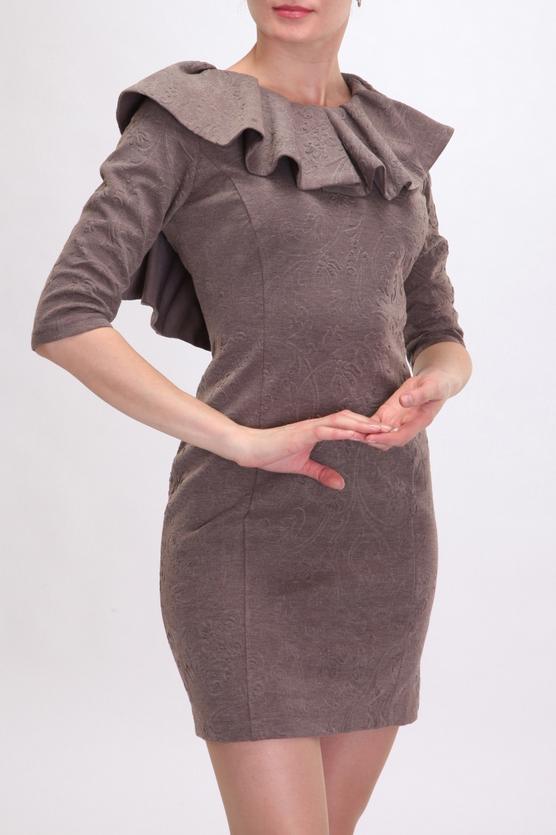 ПлатьеПлатья<br>Современная вариация на тему маленького классического женского платья. Романтичность и сексуальность этой модели придает каскад из рюш, расположенный вдоль горловины и вдоль открытой спины изделия. Платье плотно облегает фигуру. Длина рукава - три четверти. Длина изделия - выше колена. Благодаря своему крою и эффектной ткани жаккард эта модель выглядит очень нарядно.  Цвет: коричневый  Ростовка изделия 170 см.<br><br>По длине: До колена,Мини<br>По материалу: Вискоза,Трикотаж,Шерсть<br>По рисунку: Однотонные,Фактурный рисунок<br>По сезону: Весна,Осень,Зима<br>По силуэту: Приталенные<br>По стилю: Повседневный стиль,Романтический стиль<br>По форме: Платье - футляр<br>По элементам: С воланами и рюшами<br>Рукав: Рукав три четверти<br>Размер : 42,44,46,48,50<br>Материал: Жаккард<br>Количество в наличии: 5