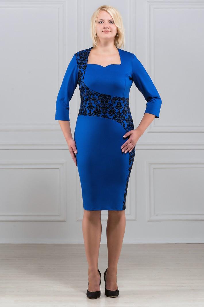 ПлатьеПлатья<br>Вашу женственность и изящество подчеркнёт это великолепное платье. Платье со вставками принтованной ткани, силуэт и и необычный вырез делает модель изящной и неповторимой. Отличный вариант для офиса и праздника. Рукав 3/4. Ткань характеризуется эластичностью, растяжимостью и мягкостью. Плотность ткани 280 гр/м2  Длина платья 100 - 105 см.  В изделии использованы цвета: синий, черный  Рост девушки-фотомодели 173 см<br><br>Горловина: Фигурная горловина<br>По длине: Ниже колена<br>По материалу: Вискоза,Трикотаж<br>По рисунку: С принтом,Цветные<br>По силуэту: Приталенные<br>По стилю: Повседневный стиль<br>По форме: Платье - футляр<br>Рукав: Рукав три четверти<br>По сезону: Осень,Весна,Зима<br>Размер : 50,52,54,56,60<br>Материал: Трикотаж<br>Количество в наличии: 8