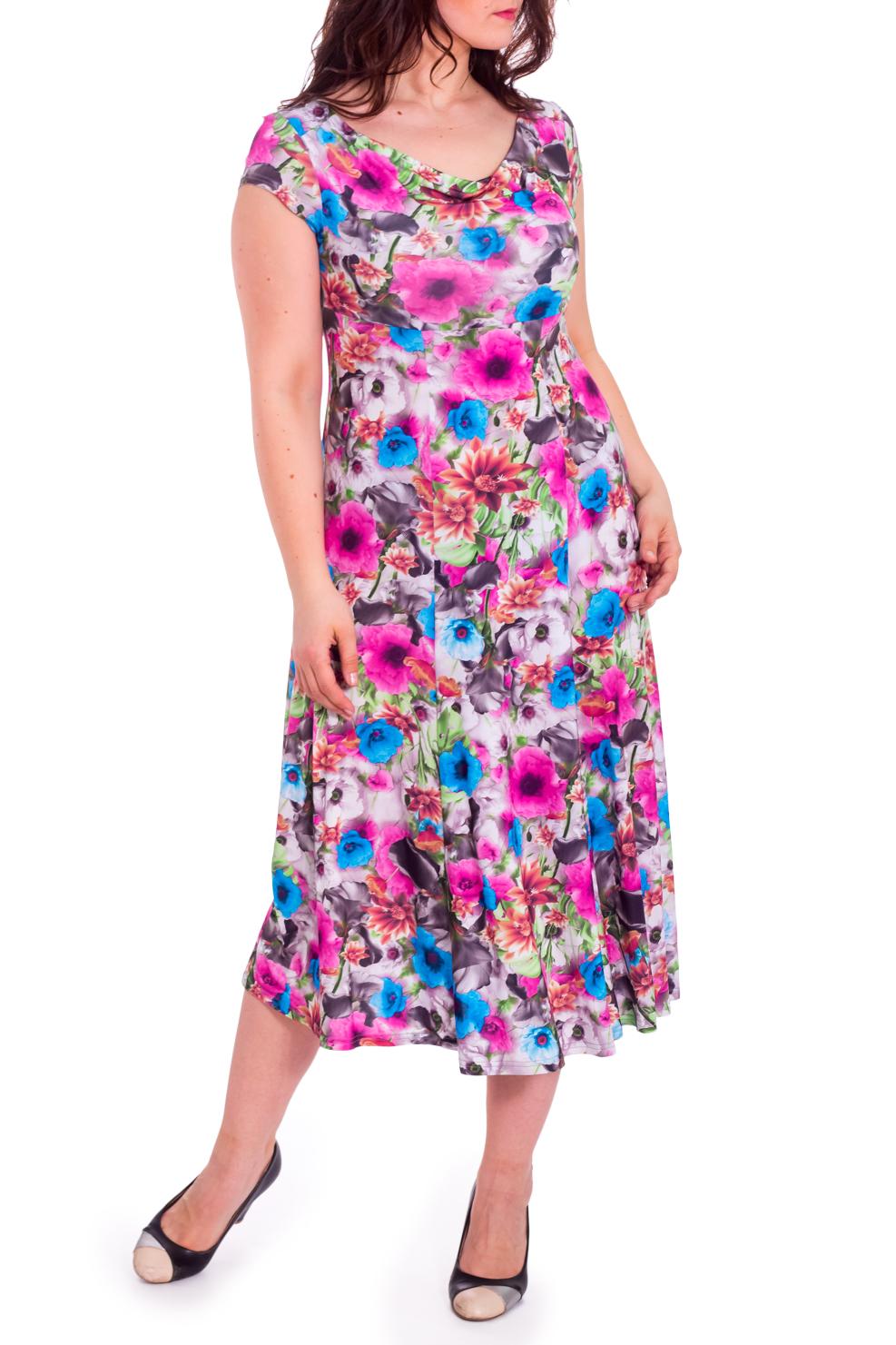 ПлатьеПлатья<br>Яркое платье длиной миди. Модель выполнена из приятного трикотажас цветочным принтом. Платье станет прекрасной составляющей Вашего повседневного гардероба. Ростовка изделия 164 см.  В изделии использованы цвета: розовый, белый и др.  Рост девушки-фотомодели 180 см  Параметры размеров: 42 размер - обхват груди 84 см., обхват талии 66 см., обхват бедер 90 см. 44 размер - обхват груди 88 см., обхват талии 70 см., обхват бедер 94 см. 46 размер - обхват груди 92 см., обхват талии 74 см., обхват бедер 98 см. 48 размер - обхват груди 96 см., обхват талии 78 см., обхват бедер 102 см. 50 размер - обхват груди 100 см., обхват талии 82 см., обхват бедер 106 см. 52 размер - обхват груди 104 см., обхват талии 86 см., обхват бедер 110 см. 54 размер - обхват груди 108 см., обхват талии 92 см., обхват бедер 116 см. 56 размер - обхват груди 112 см., обхват талии 98 см., обхват бедер 122 см. 58 размер - обхват груди 116 см., обхват талии 104 см., обхват бедер 128 см. 60 размер - обхват груди 120 см., обхват талии 110 см., обхват бедер 134 см. 62 размер - обхват груди 124 см., обхват талии 118 см., обхват бедер 140 см. 64 размер - обхват груди 128 см., обхват талии 126 см., обхват бедер 146 см. 66 размер - обхват груди 132 см., обхват талии 132 см., обхват бедер 152 см. 68 размер - обхват груди 138 см., обхват талии 140 см., обхват бедер 158 см.<br><br>Горловина: Качель<br>По длине: Миди,Ниже колена<br>По материалу: Трикотаж<br>По рисунку: Растительные мотивы,С принтом,Цветные,Цветочные<br>По силуэту: Приталенные<br>По стилю: Летний стиль,Повседневный стиль<br>По форме: Платье - трапеция<br>Рукав: Короткий рукав<br>По сезону: Лето<br>Размер : 46,48,50,52,56<br>Материал: Холодное масло<br>Количество в наличии: 5