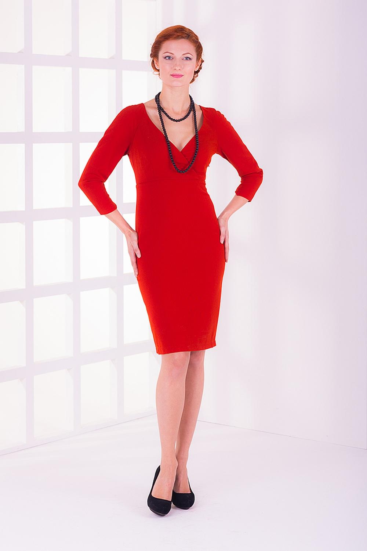 ПлатьеПлатья<br>Женское платье футлярного типа с V-образной горловиной и рукавами 3/4. Модель выполнена из плотного материала. Отличный выбор для любого случая.  Цвет: красный<br><br>Горловина: V- горловина,Запах<br>По длине: До колена<br>По материалу: Тканевые,Костюмные ткани<br>По образу: Город,Свидание<br>По рисунку: Однотонные<br>По сезону: Весна,Осень<br>По силуэту: Полуприталенные,Приталенные<br>По стилю: Повседневный стиль,Нарядный стиль<br>По форме: Платье - футляр<br>Рукав: Рукав три четверти<br>По элементам: С вырезом,С завышенной талией,С разрезом<br>Размер : 40<br>Материал: Костюмно-плательная ткань<br>Количество в наличии: 1