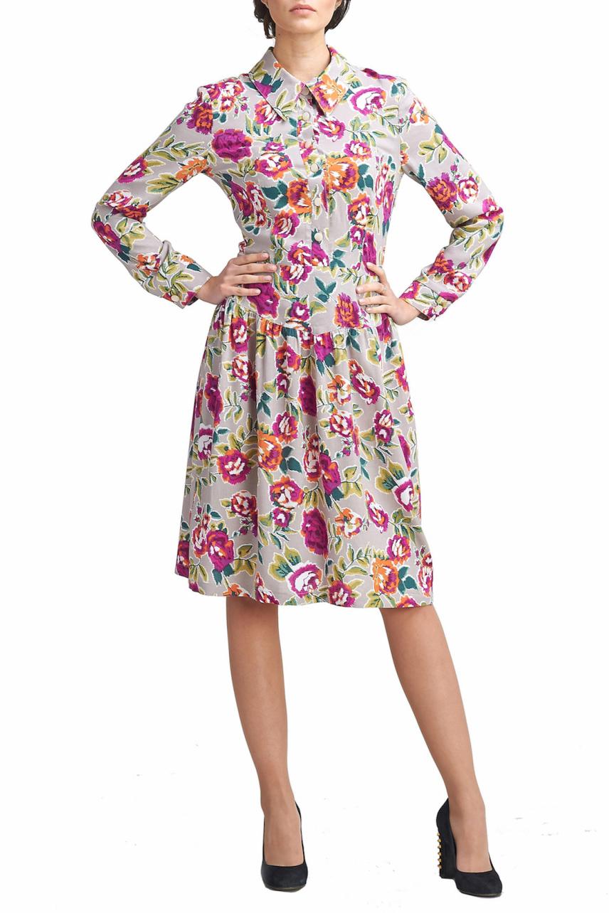 ПлатьеПлатья<br>Платье - рубашка отрезное по талии, юбка на кокетке, со сборкой расклешенная к низу. Рукав длинный на манжете. Застежка на пуговицы впереди и на молнию сбоку. Воротник рубашечный. Платье из  приятной к телу мягкой струящейся вискозы серо бежевого цвета с принтом розы.   В изделии использованы цвета: серо-бежевый, розовый, зеленый  Параметры изделия 42 размера:  Обхват груди: 84 см. Обхват талии: 67 см. Обхват бедер: 92 см. Обхват под грудью: 83,2 см. Длина рукава: 58,5 см. Длина изделия по спинке: 99 см.   Параметры изделия 44 размера:  Обхват груди: 88 см. Обхват талии: 70 см. Обхват бедер: 96 см. Обхват под грудью: 86,2 см. Длина рукава: 59 см. Длина изделия по спинке: 99,5 см.  Параметры изделия 46 размера:  Обхват груди: 92 см. Обхват талии: 73 см. Обхват бедер: 100 см. Обхват под грудью: 89,2 см. Длина рукава: 59,5 см. Длина изделия по спинке: 100 см.  Параметры изделия 48 размера:  Обхват груди: 96 см. Обхват талии: 76 см. Обхват бедер: 104 см. Обхват под грудью: 90,2 см. Длина рукава: 60 см. Длина изделия по спинке: 100,5 см.  Рост девушки фото-модели 170 см.<br><br>Воротник: Отложной,Рубашечный<br>По длине: До колена<br>По материалу: Вискоза<br>По рисунку: С принтом,Цветные,Цветочные,Растительные мотивы<br>По силуэту: Приталенные<br>По стилю: Повседневный стиль,Романтический стиль<br>По форме: Платье - рубашка,Платье - трапеция<br>По элементам: С манжетами,С молнией,С пуговицами<br>Рукав: Длинный рукав<br>По сезону: Осень,Весна<br>Размер : 42,44,46<br>Материал: Вискоза<br>Количество в наличии: 3