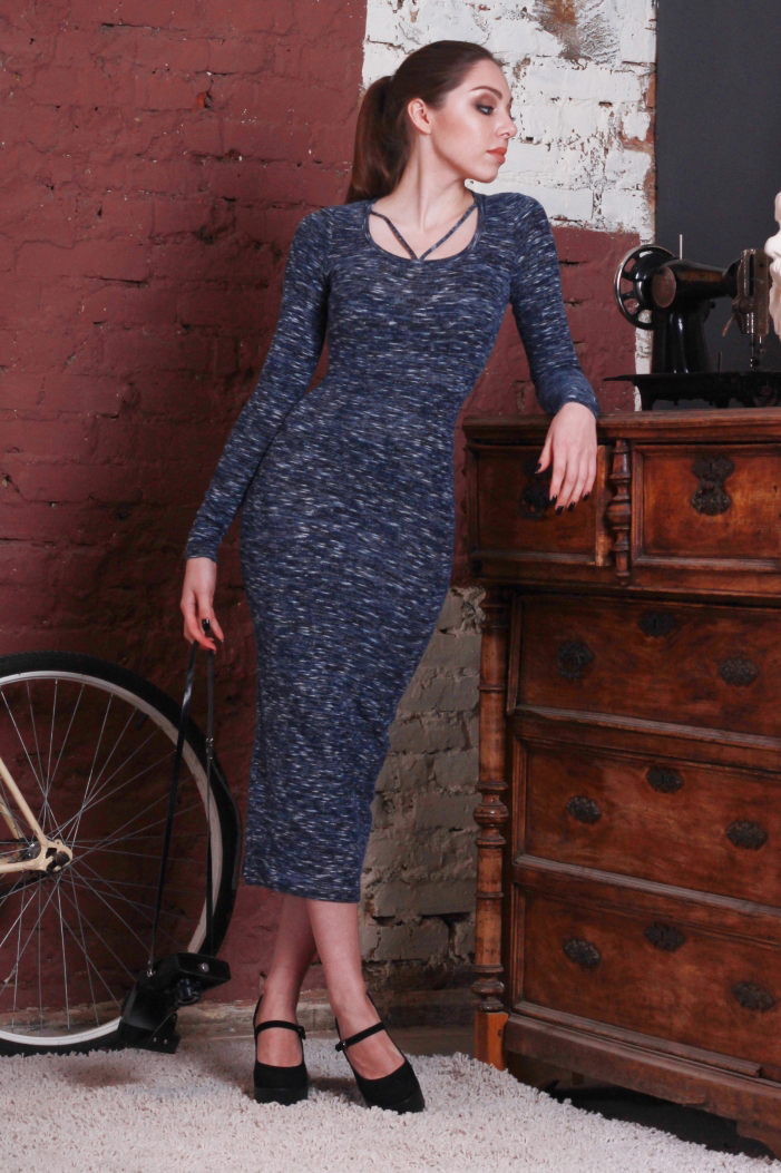 ПлатьеПлатья<br>Обтягивающее платье длиной миди. Модель выполнена из приятного трикотажа. Отличный выбор для повседневного гардероба.  В изделии использованы цвета: синий, голубой  Ростовка изделия 170 см.<br><br>Горловина: С- горловина<br>По длине: Миди,Ниже колена<br>По материалу: Вискоза,Трикотаж<br>По рисунку: С принтом,Цветные<br>По силуэту: Обтягивающие<br>По стилю: Повседневный стиль<br>По форме: Платье - футляр<br>Рукав: Длинный рукав<br>По сезону: Осень,Весна,Зима<br>Размер : 42,44,46<br>Материал: Трикотаж<br>Количество в наличии: 6