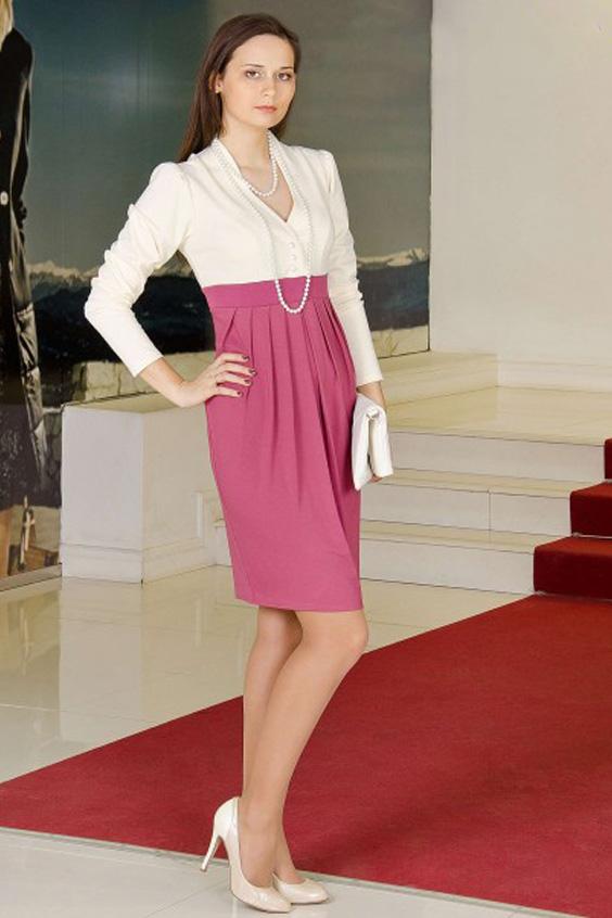 ПлатьеПлатья<br>Изысканное платье с фигурным вырезом, контрастной планкой под грудью и струящимися складками на юбке. Ткань верха - трикотаж quot;Джерсиquot;. Юбка выполнена из вискозы.  Длина изделия около 100 см.   Цвет: белый, розовый<br><br>Горловина: V- горловина<br>По длине: До колена<br>По материалу: Вискоза,Трикотаж<br>По рисунку: Цветные<br>По силуэту: Полуприталенные<br>По стилю: Повседневный стиль<br>По форме: Платье - тюльпан<br>По элементам: С декором,С пуговицами,Со складками<br>Рукав: Длинный рукав<br>По сезону: Осень,Весна,Зима<br>Размер : 46,48,50,52,56<br>Материал: Трикотаж<br>Количество в наличии: 6