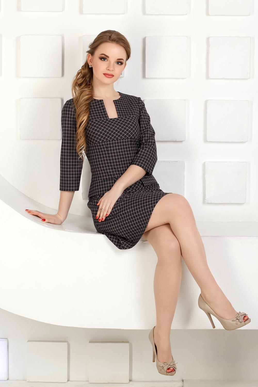 ПлатьеПлатья<br>Платье из костюмной ткани в мелкую клетку.  Трапециевидный, приталенный силуэт, линия талии занижена и дополнена клапанами.  Выполнено в различном направление клетки. Сзади застёгивается на молнию.   Длина по спинке - 92 см.  В изделии использованы цвета: темно-серый, розовый  Рост девушки-фотомодели 170 см.<br><br>Горловина: Фигурная горловина<br>По длине: До колена<br>По материалу: Трикотаж<br>По рисунку: В клетку,С принтом,Цветные<br>По силуэту: Полуприталенные<br>По стилю: Классический стиль,Кэжуал,Офисный стиль,Повседневный стиль<br>По форме: Платье - трапеция<br>Рукав: Рукав три четверти<br>По сезону: Осень,Весна<br>Размер : 42,44,46,48,50,52<br>Материал: Трикотаж<br>Количество в наличии: 11