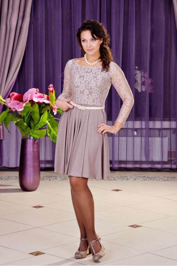 ПлатьеПлатья<br>Классическое платье для торжеств - верх выполнен из кружева, юбка солнце-клеш в ткани масло-кристалл. Платье без пояса.  Длина 97 см в 46-48 размерах  Длина 103 см в 50-54 размерах  Цвет: пудровый<br><br>Горловина: С- горловина<br>По длине: До колена<br>По материалу: Гипюр,Трикотаж<br>По рисунку: Однотонные,Фактурный рисунок<br>По сезону: Весна,Зима,Лето,Осень,Всесезон<br>По силуэту: Полуприталенные<br>По стилю: Повседневный стиль<br>По форме: Платье - трапеция<br>Рукав: Длинный рукав<br>Размер : 46,50,52<br>Материал: Холодное масло + Гипюр<br>Количество в наличии: 4