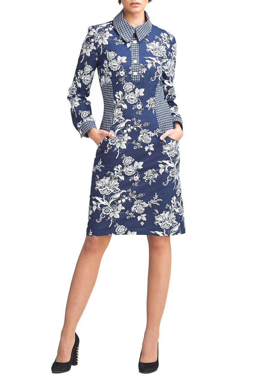 ПлатьеПлатья<br>Платье - рубашка отрезное под грудью полуприлегающего силуэта, юбка расклешенная к низу А-образная. Платье с подрезами, в которых впереди есть карманы. Рукав длинный на манжете. Воротник рубашечный, впереди планка на пуговицах. Платье из хлопка средней плотности глубокого синего цвнета с белыми цветами. Бочок, воротник, планка и манжеты из хлопка в мелкую белую и синюю клеточку.   В изделии использованы цвета: синий, серый  Параметры изделия 42 размера:  Обхват груди: 84 см. Обхват талии: 67 см. Обхват бедер: 92 см. Обхват под грудью: 83,2 см. Длина рукава: 58,5 см. Длина изделия по спинке: 99 см.   Параметры изделия 44 размера:  Обхват груди: 88 см. Обхват талии: 70 см. Обхват бедер: 96 см. Обхват под грудью: 86,2 см. Длина рукава: 59 см. Длина изделия по спинке: 99,5 см.  Параметры изделия 46 размера:  Обхват груди: 92 см. Обхват талии: 73 см. Обхват бедер: 100 см. Обхват под грудью: 89,2 см. Длина рукава: 59,5 см. Длина изделия по спинке: 100 см.  Параметры изделия 50 размера:  Обхват груди: 100 см. Обхват талии: 80 см. Обхват бедер: 108 см. Обхват под грудью: 92 см. Длина рукава: 60,5 см. Длина изделия по спинке: 101 см.  Рост девушки фото-модели 170 см.<br><br>Воротник: Рубашечный<br>По длине: До колена<br>По материалу: Хлопок<br>По рисунку: С принтом,Цветные,Цветочные,В клетку,Растительные мотивы<br>По силуэту: Полуприталенные<br>По стилю: Повседневный стиль<br>По форме: Платье - рубашка<br>По элементам: С воротником,С карманами,С манжетами,С пуговицами<br>Рукав: Длинный рукав<br>По сезону: Осень,Весна<br>Размер : 42,44,46,50<br>Материал: Хлопок<br>Количество в наличии: 4